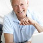 senior man using laptopcomputer — Stockfoto