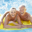 senior couple spaß im pool — Stockfoto #4843929