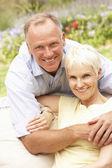 Starszy kobieta i dorosły syn relaksu w ogrodzie — Zdjęcie stockowe