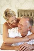 Casal relaxante no quarto — Foto Stock