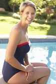 ガーデン プールでリラックスした若い女性 — ストック写真