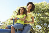 Mère et fille sur la balançoire dans le parc — Photo