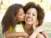 Anne ve kızı park portresi — Stok fotoğraf