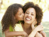 Retrato de mãe e filha no parque — Foto Stock