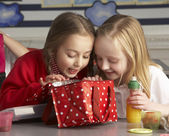Primary School Pupils Enjoying Packed Lunch In Classroom — Stock Photo