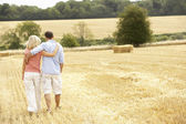 Couple Walking Together Through Summer Harvested Field — Stock Photo