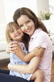 Sevgi dolu anne ve kızı evde kapat — Stok fotoğraf