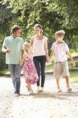Familjen promenader på landsbygden tillsammans — Stockfoto