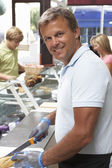 Man Working Behind Counter — Stockfoto