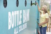 Kobieta na recykling centrum utylizacji szklane butelki banku — Zdjęcie stockowe