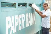 Człowiek w centrum utylizacji starych gazet, recykling — Zdjęcie stockowe
