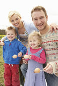 Family Having Egg And Spoon Race — Foto Stock