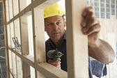 Operaio edile costruire telaio di legno nella nuova casa — Foto Stock