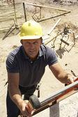 Bouwvakker ladder te klimmen op de bouwplaats voor nieuwe hom — Stockfoto