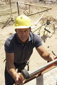 Ouvrier, gravir les échelons du chantier pour le nouveau chef de mission — Photo
