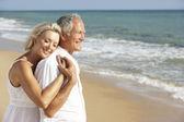 старший пара наслаждаясь пляжного отдыха — Стоковое фото