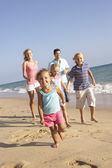 Plaj tatil için çalışan aile portre — Stok fotoğraf