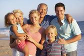 ビーチ ホリデーに 3 世代家族の肖像画 — ストック写真