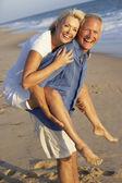 高级夫妇享受海滩度假 — 图库照片