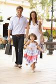 Giovane famiglia godendo dello shopping viaggio insieme — Foto Stock