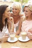 Trzy kobiety cieszy kubek kawy w caf — Zdjęcie stockowe