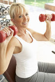 Senior Woman Working With Weights In Gym — Stock Photo
