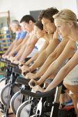 Hombre ciclismo en clase en gimnasio spinning — Foto de Stock