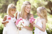 Panna młoda z druhny na zewnątrz na ślub — Zdjęcie stockowe