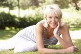 Femme d'âge mûr posant dans le parc — Photo