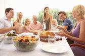 Bir aile, anne, çocuk ve büyükanne ve büyükbaba, zevk bir picni — Stok fotoğraf