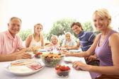 Rozšířená rodina, rodiče, prarodiče a děti, jíst outd — Stock fotografie
