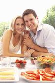 Genç bir çift açık havada yemek — Stok fotoğraf
