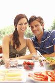 Jeune couple de manger à l'extérieur — Photo