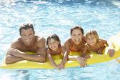 Joven familias, padres con niños, en la piscina — Foto de Stock