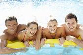 Grupo de jovens amigos se divertindo na piscina — Fotografia Stock