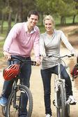 Paar fietsten in park — Stockfoto