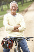 Senior man fietsten in park — Stockfoto