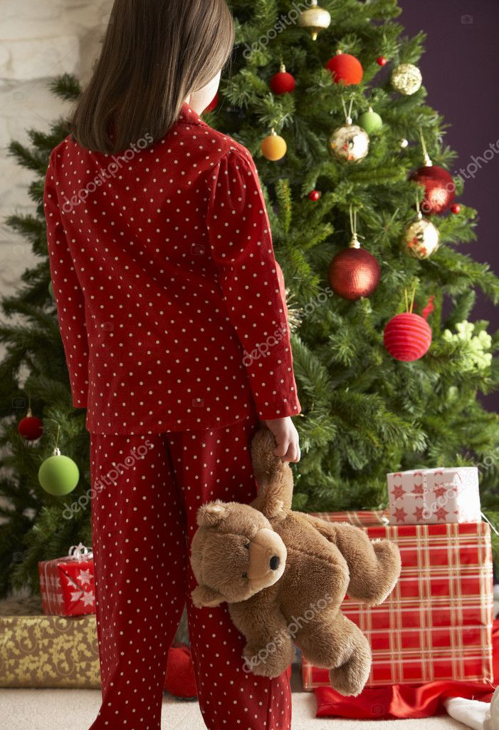 Oung Girl Standing With Teddy Bear In Front Of Christmas Tree — Zdjęcie stockowe #4840896