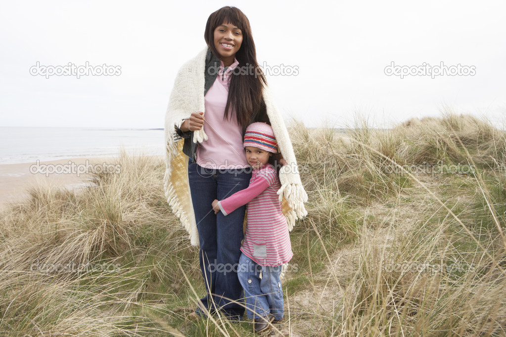Mother And Daughter Wrapped In Blanket Amongst Dunes On Winter B — Stock Photo #4842254