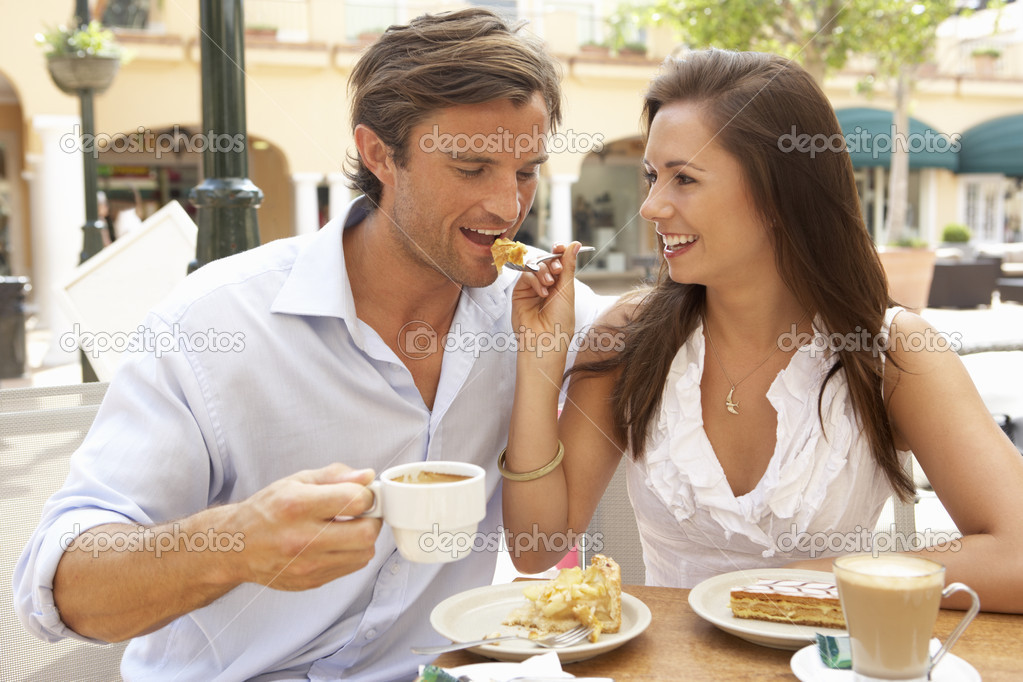 Young Couple Enjoying Coffee And Cake In Caf — Stock Photo #4842824