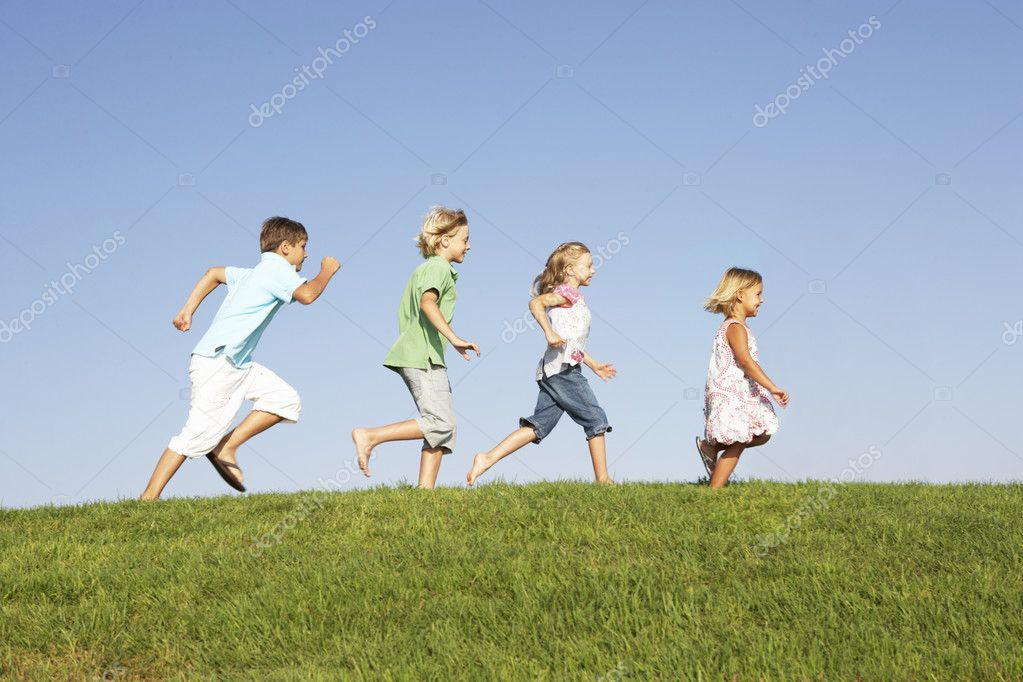 Young children running through field — Stock Photo #4843297