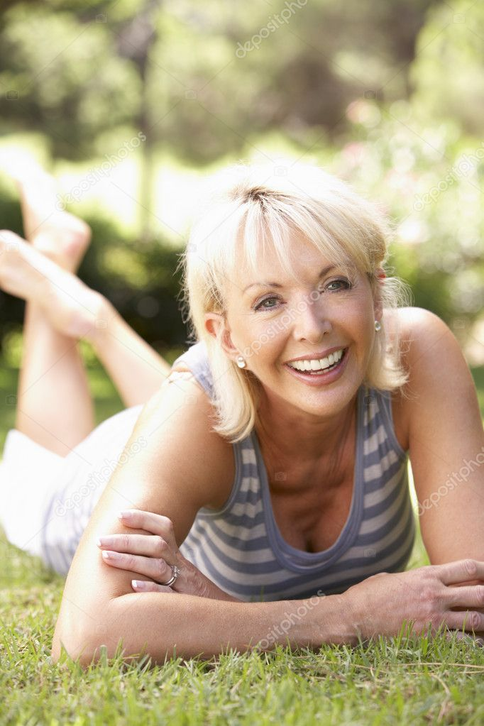 Middle age woman posing in park — Stock Photo #4843547