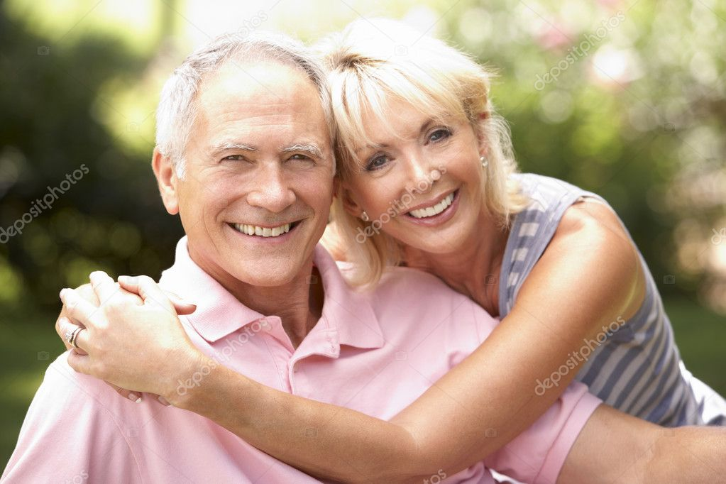 Senior couple relaxing together in park — Foto Stock #4843551