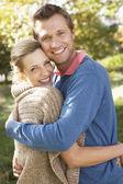 Joven pareja posando en el parque — Foto de Stock