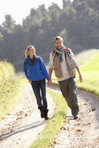 Young couple walking im park — Stockfoto
