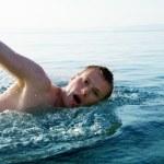 Молодой человек Бассейн Басейны — Стоковое фото