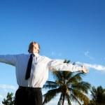 Счастливый молодой бизнесмен и закат — Стоковое фото