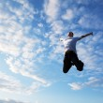 幸せな若い男をジャンプ — ストック写真