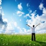 Поле травы и счастливой молодой человек — Стоковое фото