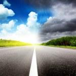 Дорога черные облака и солнце — Стоковое фото